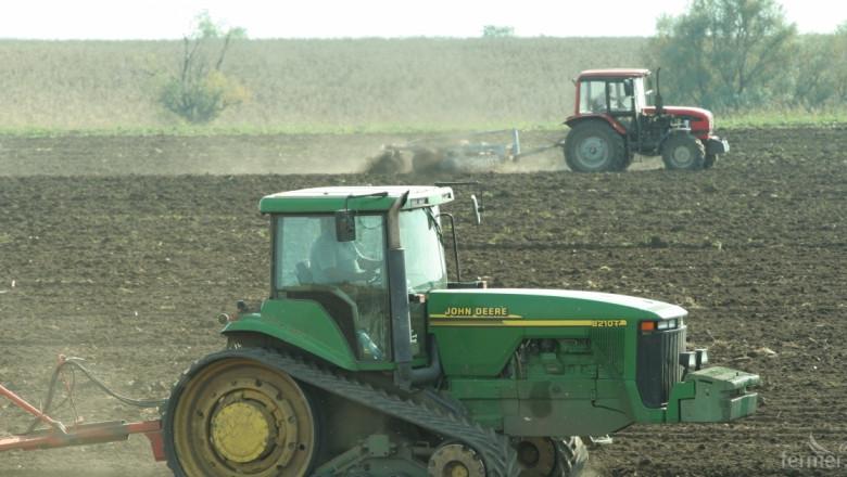 Фермери изпълниха полетата с трактори, комбайни и земеделска техника