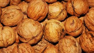 Полицаи задържаха крадци на орехи