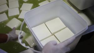 Проверяват производител на сирене менте